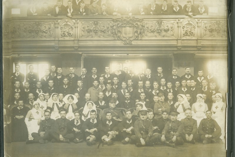 Black and white photograph of nurses and patients posing for a photograph at the Oxford Town Hall